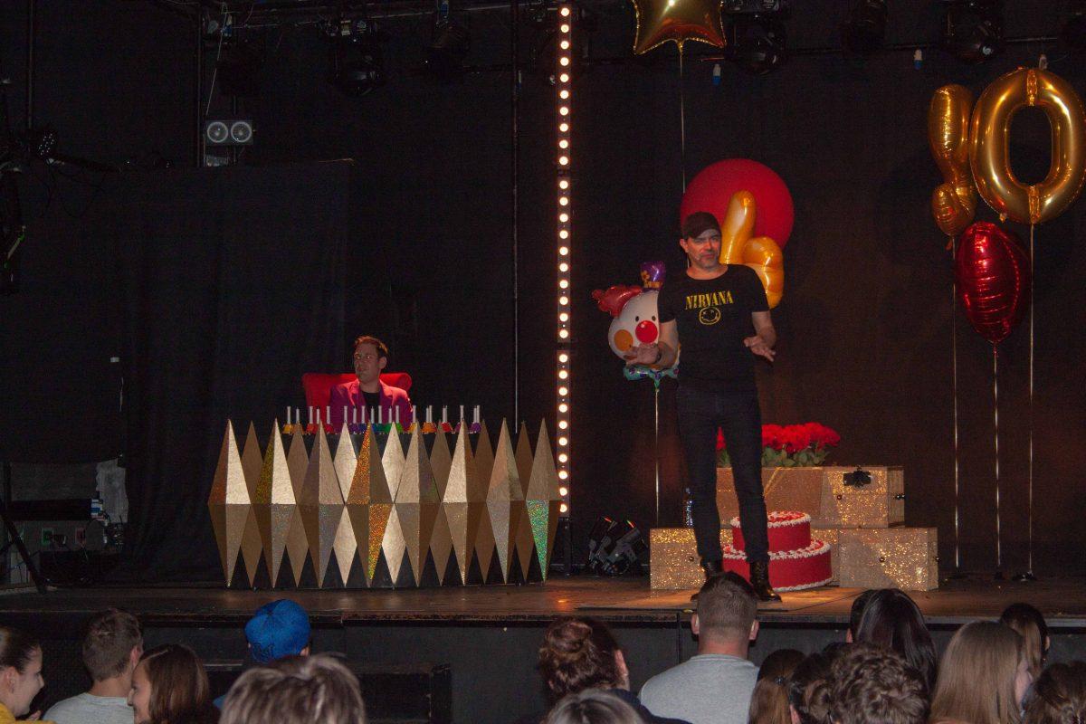 Seveda je bilo mogoče na odru videti tudi torto in balon.
