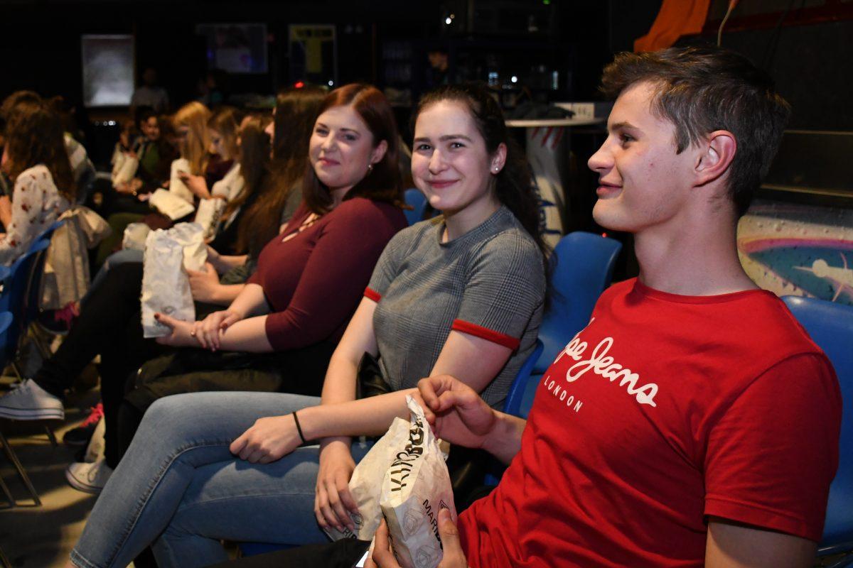 Obiskovalci so nestrpno čakali, kdaj se bo film začel.