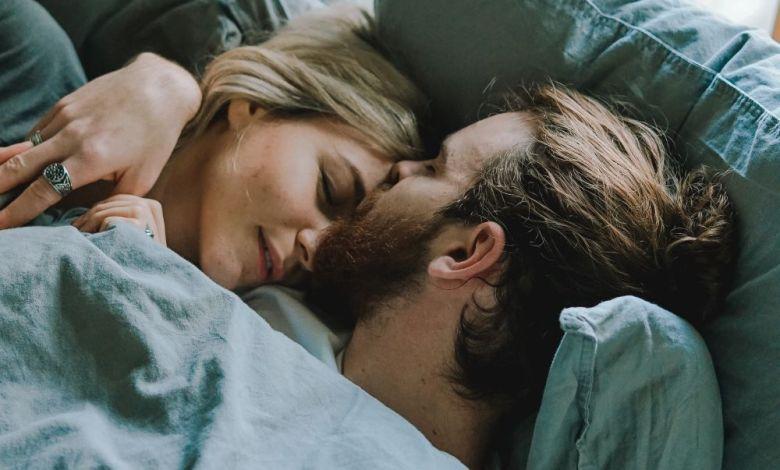 partner, ljubezensko razmerje, razmerje, spalni ritem, ritem spanja, spanje, kvalitetno spanje, spati s partnerjem, spati z drugo osebo, spati v različnih prostorih, seks, crkljanje, intimnost, kako doseči intimnost, zaspati skupaj, zbuditi se skupaj, kompromis, komunikacija, kompromis v razmerju, komunikacija v razmerju, spati, skupaj, vsak v svoji sobi