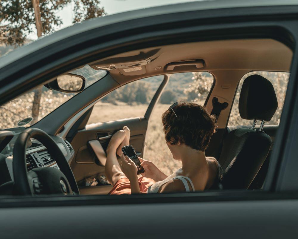mobilni telefon, mobilnik, vožnja, šofer, pisanje sporočil, pošiljanje sporočil, nevarno, vozniki, sporočilo, pisanje sporočil med vožnjo, mobilni telefon in vožnja, mobilni telefon med vožnjo, smartphone, maribor, ljudje na telefonu ko vozijo, pozornost na cesti