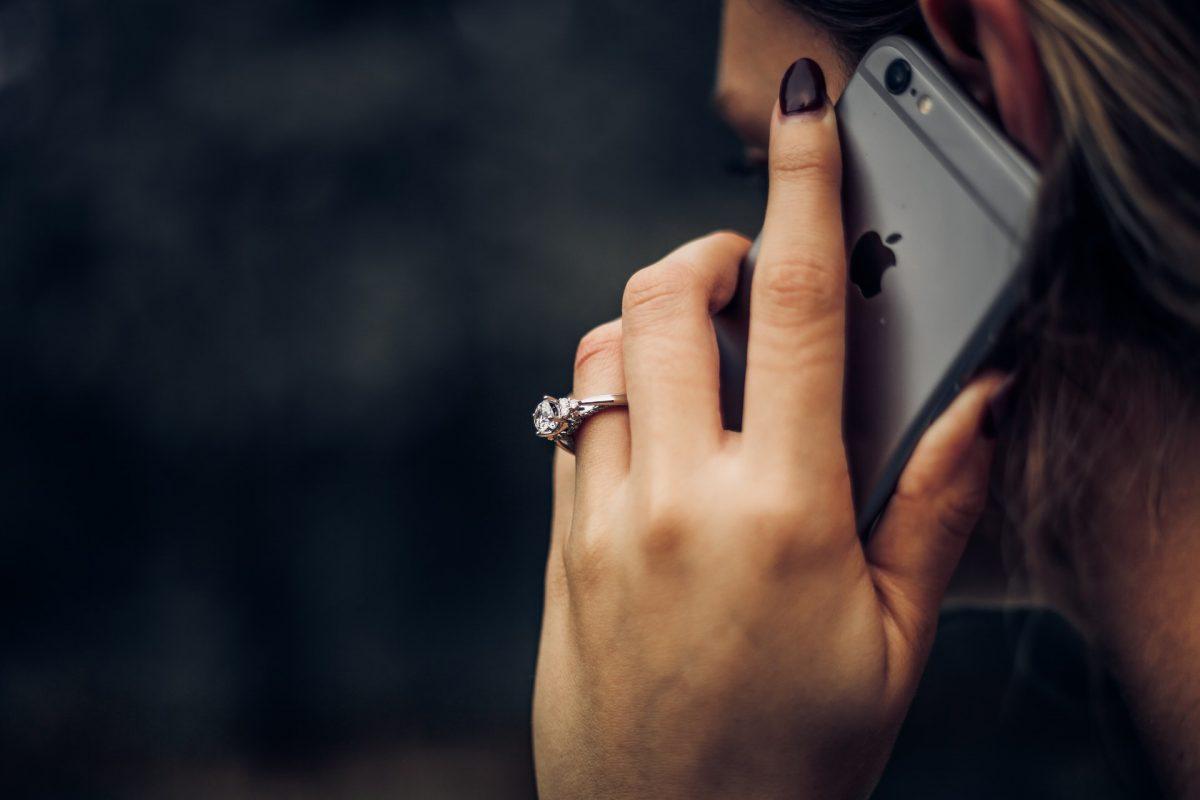 meje, starši, domov, dom, telefon, klic, sms, kako postaviti meje staršem, starši me prepogosto kličejo, prepogosti klici staršev kaj storiti