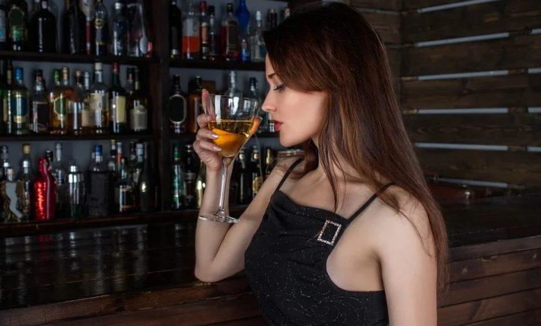 vino, pitje vina, steklenice, rdeče vino, belo vino, penina, kako se pije belo vino, kako se pije rdeče vino, kako se pije penina, kako pojemo belo vino, kako pijemo rdeče vino, kako pijemo penino, steklenica z navojem, vino z zamaškom, vino s pluto, dekanter,