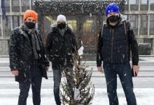 Photo of Študenti pred Državni zbor postavili novoletno jelko