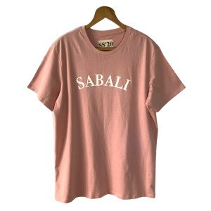 Style up withthis SABALI logo salmon pinkt-shirt featuring the classic SABALI font logo painted on the front and brand logo printed on the back.