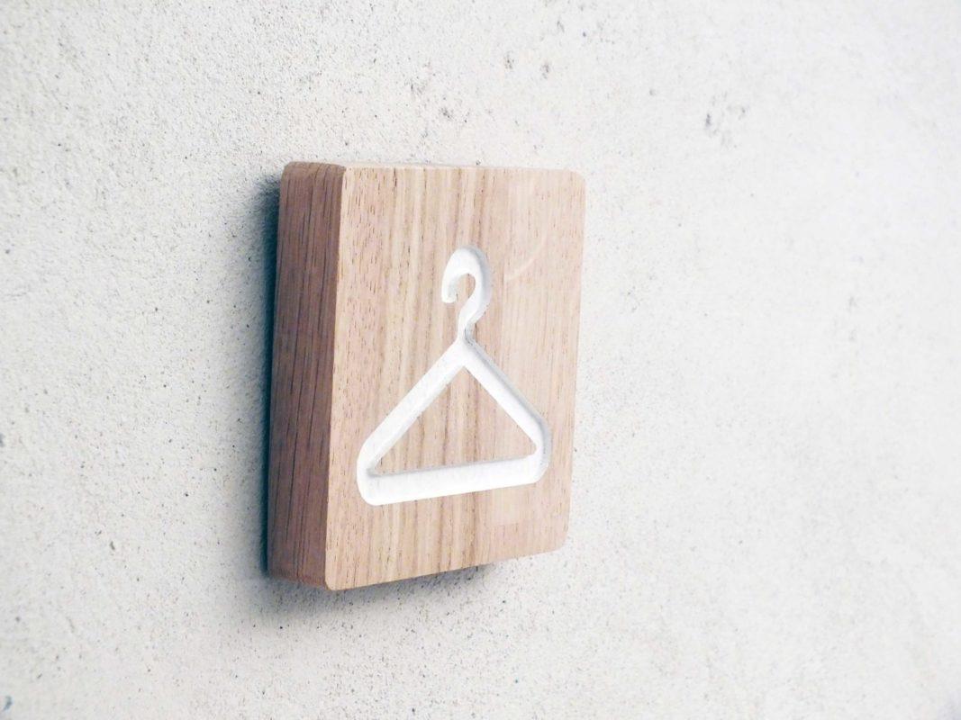 panneau en bois avec pictogramme grave pour indiquer un vestiaire ou dressing plaque de porte en bois pour cabine d essayage