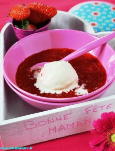 Puree de fraises et sa boule de glace a la Vanille.rz