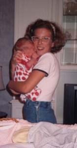 Neonata in braccio alla sorellina