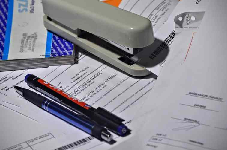 papéis para ler com caneta e um agrafador