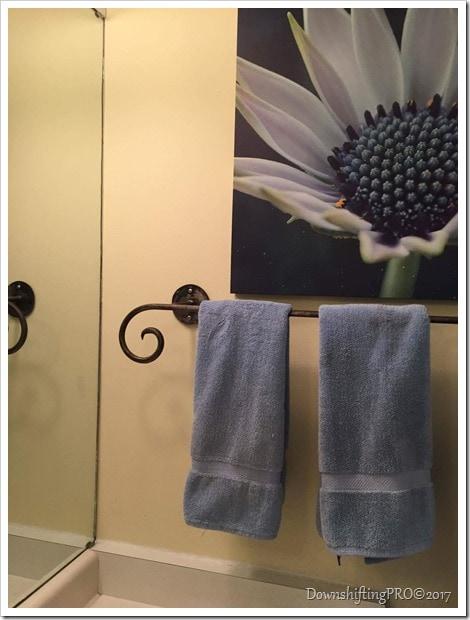 Bathroom Makeover - @DownshiftingPRO - My Benjamin Moore Home