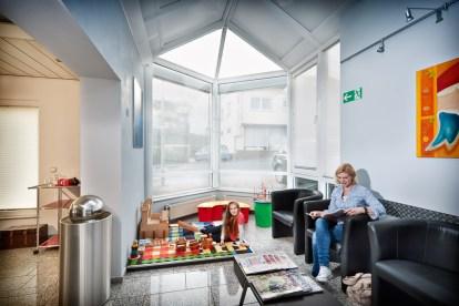 Wartezimmer. Zahnarztpraxis Dr. Karl-Uwe Jülich, Talstraße 10, Bergneustadt. Foto Dietrich Hackenberg