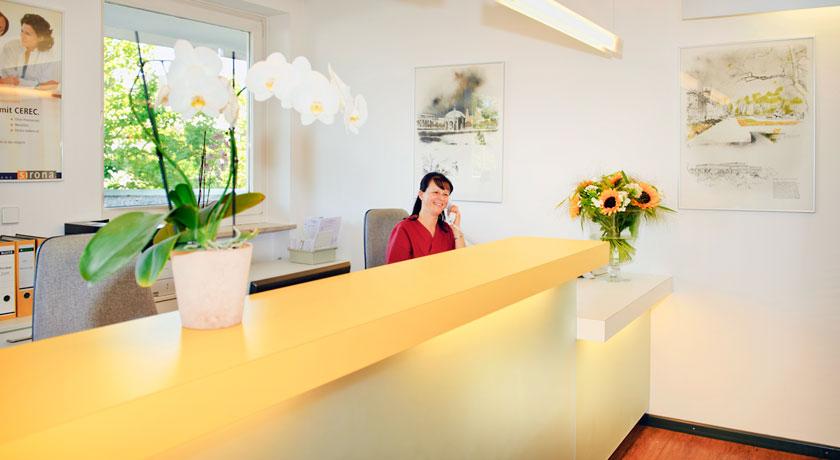 Empfang der Zahnarztpraxis Dr. Litsch-Scholz Ottobrunn. Foto Oksana Schubert