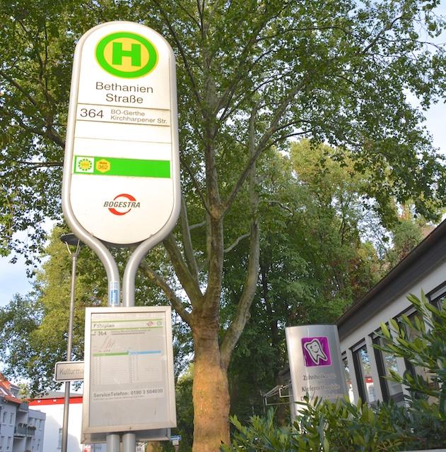 Haltestelle Bethanienstraße Buslinie 364 direkt vor der Praxis
