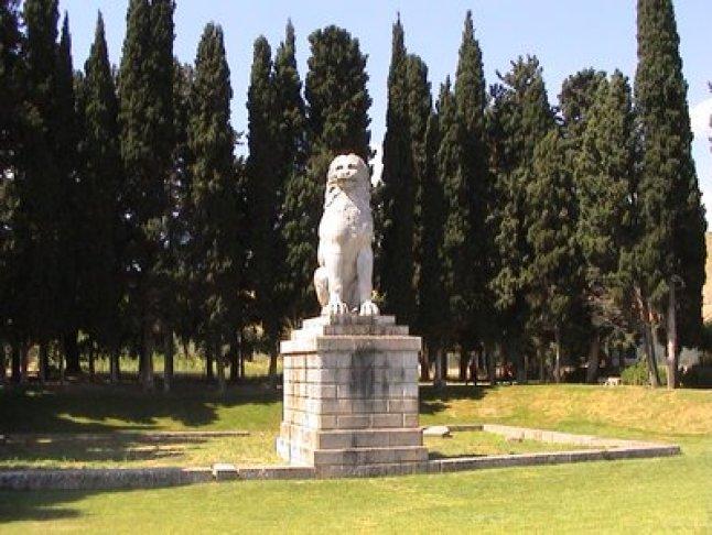 Χτίστηκε από τους Θηβαίους στην μνήμη των πεσόντων ανδρών του Ιερού Λόχου που ετάφησαν στον χώρο αυτόν, μετά την μάχη της Χαιρώνειας το 338 π.Χ.
