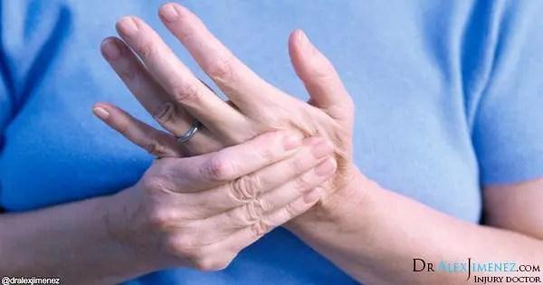 ağrı içinde el tutan kadının resmi