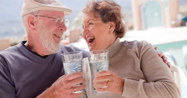blog de imágenes de la pareja de ancianos disfrutando de uno al otro, mientras que el agua potable