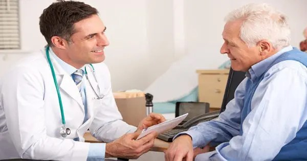 blog de imágenes de doctor y hablar paciente mayor