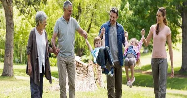 parkta torunları ile yürüyen ebeveynlerin ve dedesinin resmi blog resmi
