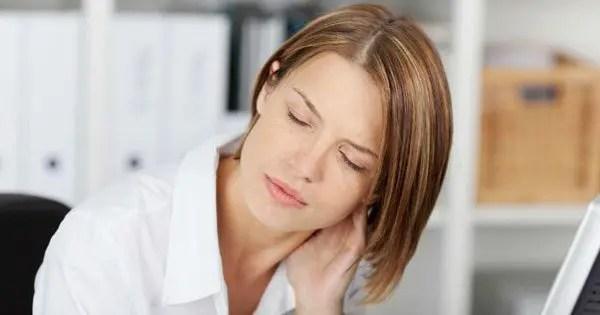 blog de imágenes de la señora en su escritorio con dolor en el cuello