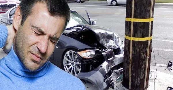 Gambar blog pria dengan cedera leher setelah menabrak tiang telepon dengan mobilnya