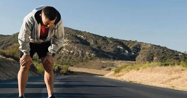 tepelerde yolda koşarken nefes alıp koşucunun resmi blogu