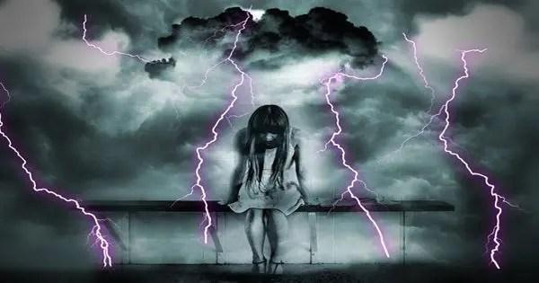 blog de imágenes de la joven la cabeza de sentarse con una tormenta detrás de ella