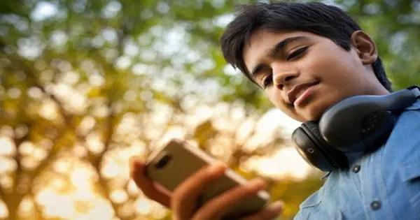 foto di blog di adolescente guardando giù al telefono texting