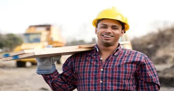 blog de imágenes de trabajador de la construcción que lleva la madera de construcción