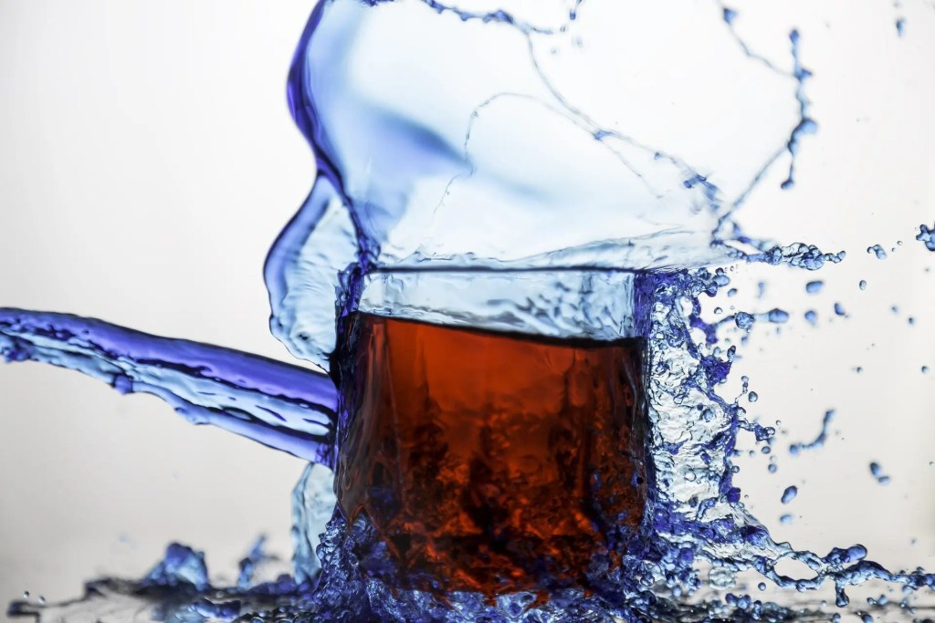 Blog foto de vaso de vinagre con agua salpicando alrededor