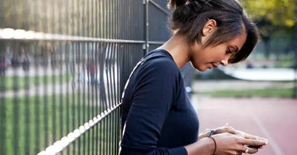 foto di blog di adolescenti ragazza che si appoggia su un recinto