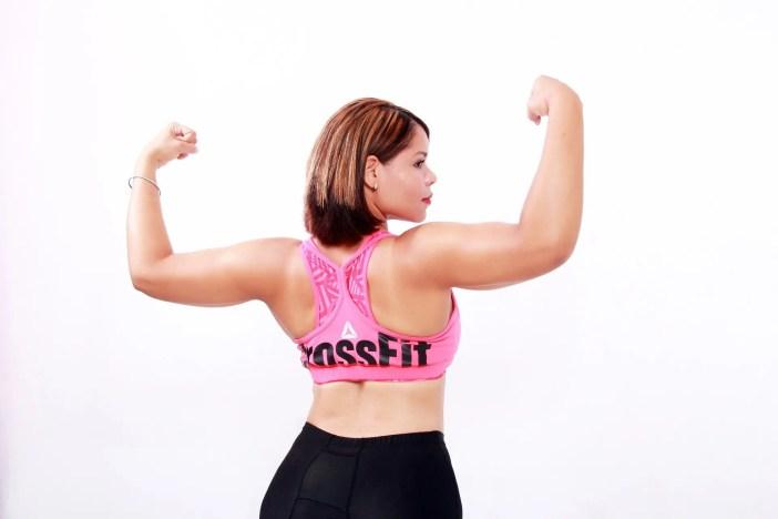 blog immagine della signora flessione le braccia