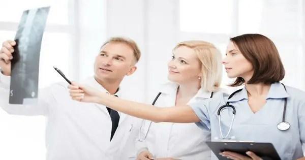 Grupo de médicos mirando rayos