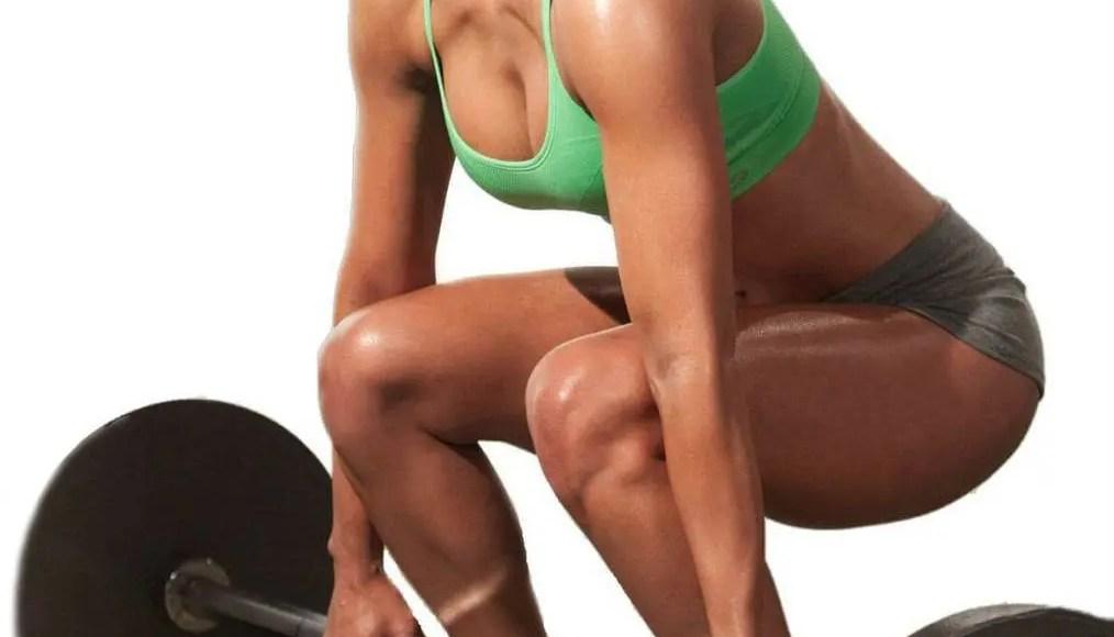 Mujer joven, levantamiento de pesas