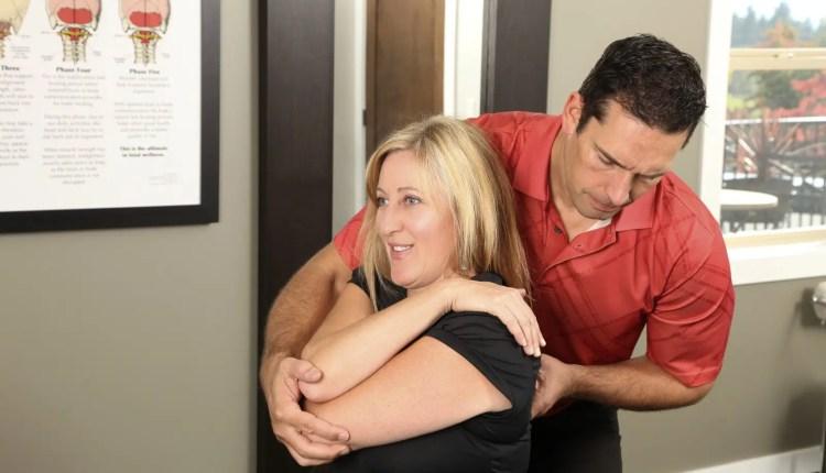 el paso quiropráctico ajuste del paciente femenino