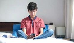 texto cuello tecnología chico mirando teléfono el paso tx