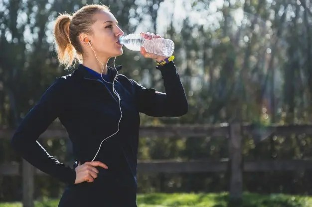 deportes mujer agua potable