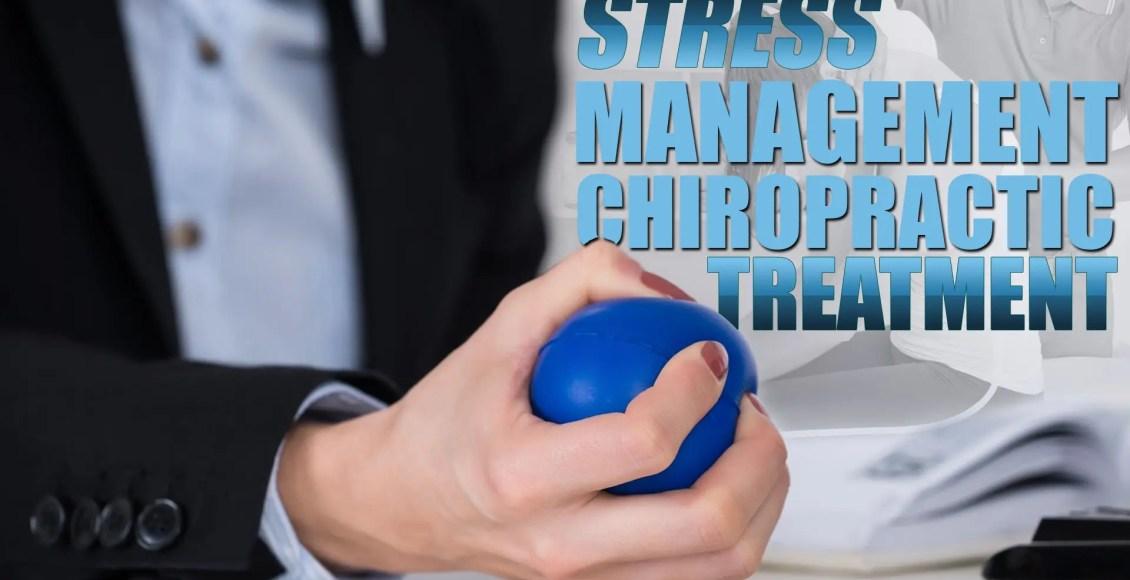Bir stres yönetimi kayropraktik tedavi bir parçası olarak bir stres topu tutan bir kişinin görüntüsü.