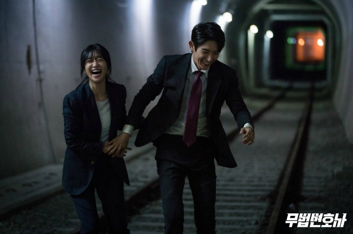 Behind the scenes of the Korean drama Lawless Lawyer starring Lee Joon-gi and Seo Ye-ji