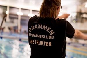 Svømmeinstruktør ved bassenget
