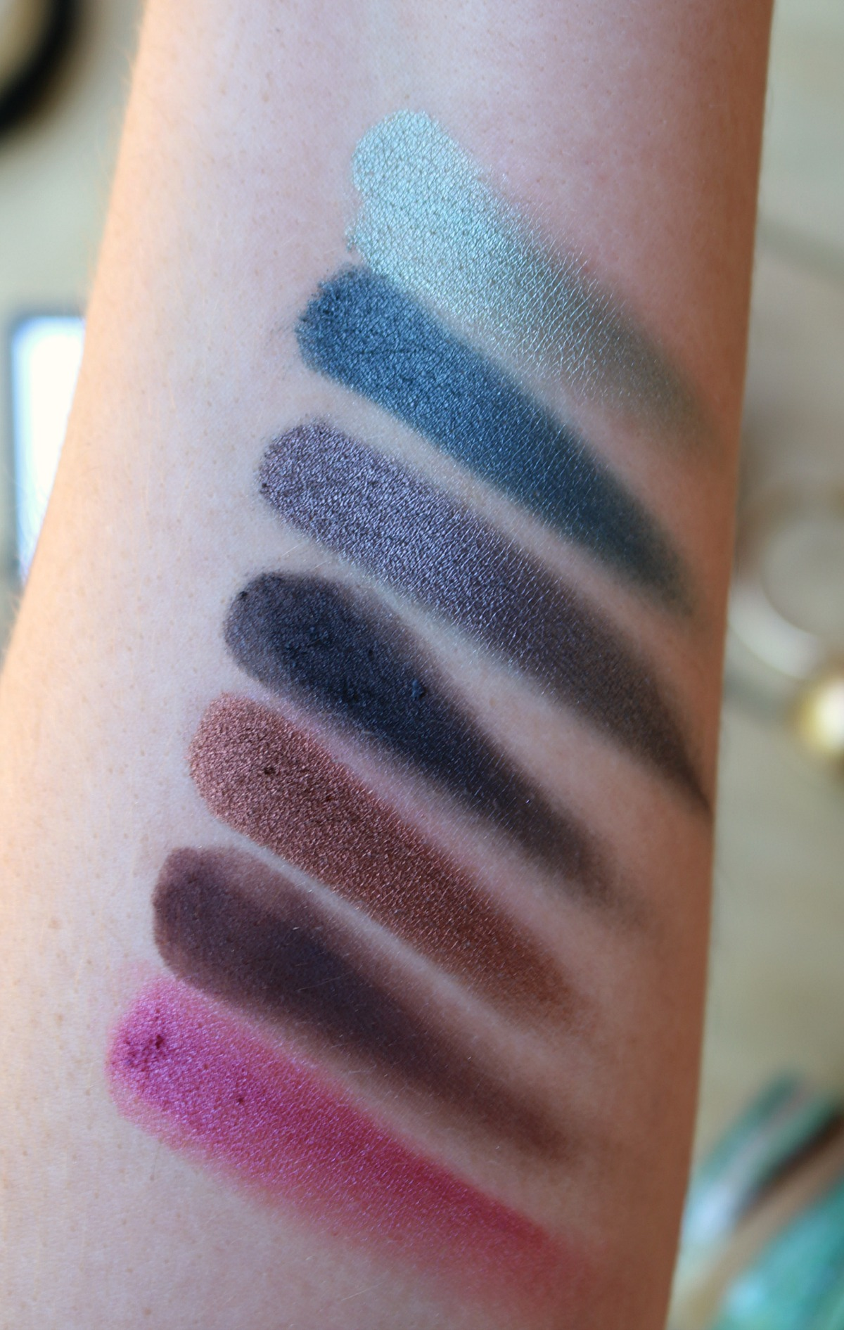 Urban Decay Born to Run Eyeshadow Palette Review and Swatches I DreaminLace.com #UrbanDecay #SummerMakeup #CrueltyFree #Makeup