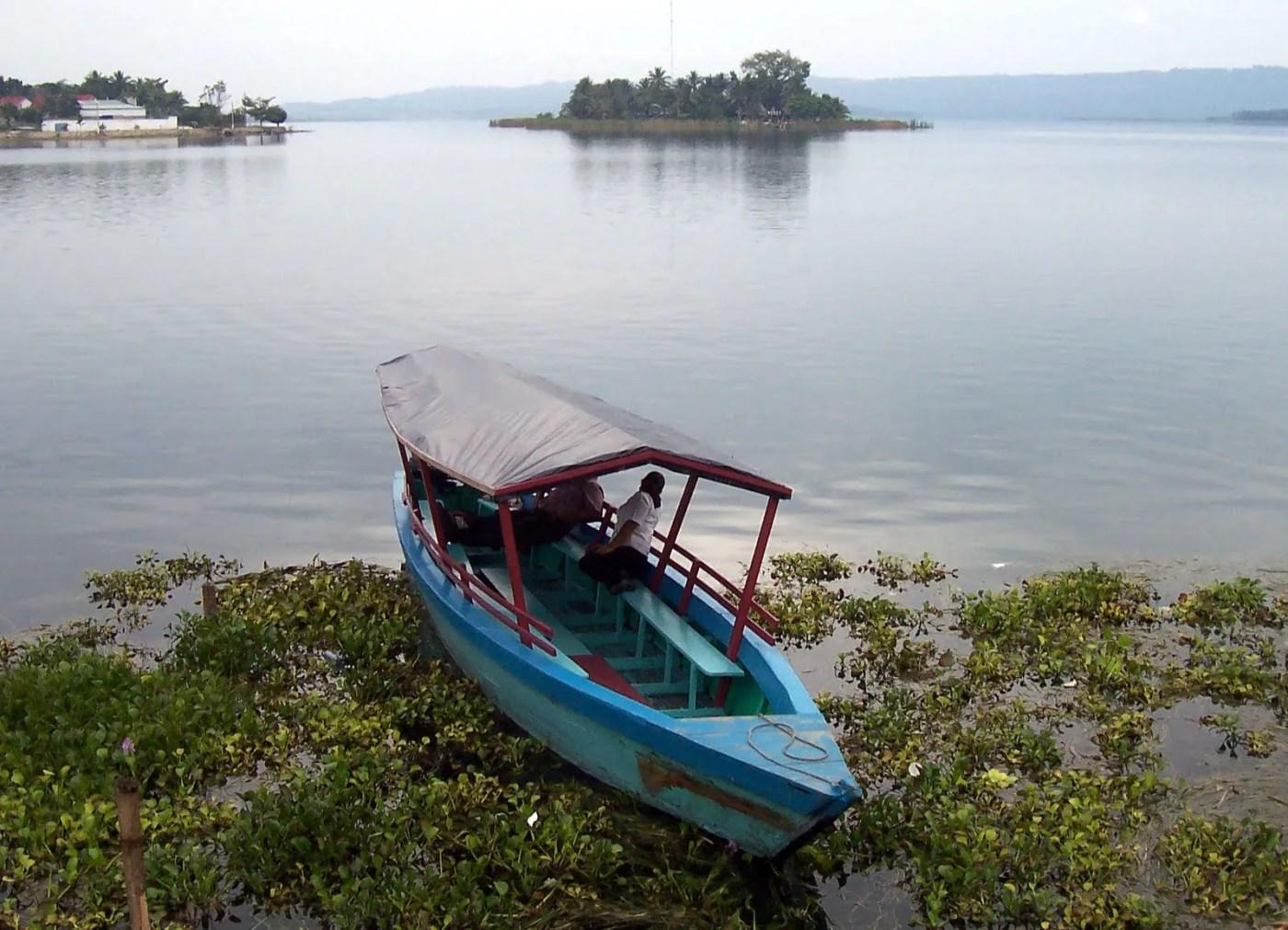 An image of a boat on Penten Itza Lake