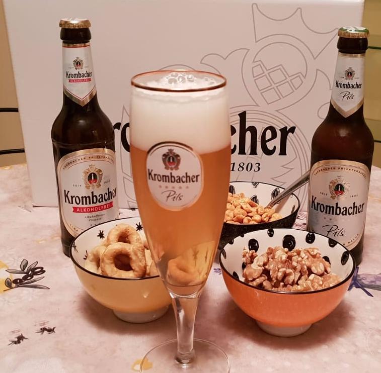 Momento dell'aperitivo con Krombacher la birra più venduta in Germania