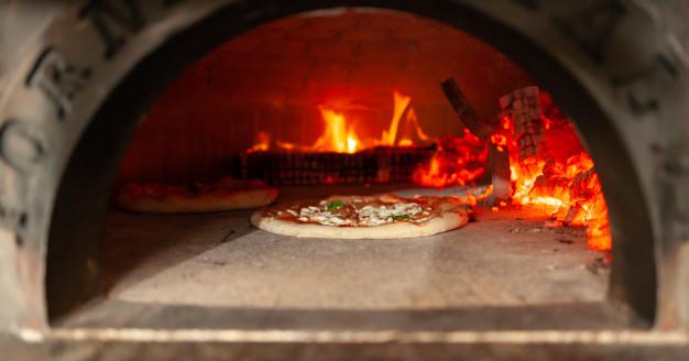 pizza-margherita-in-un-forno-a-legna