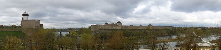 (from left to right) Narva castle, Narva river, and Ivanogorod fortress in Russia