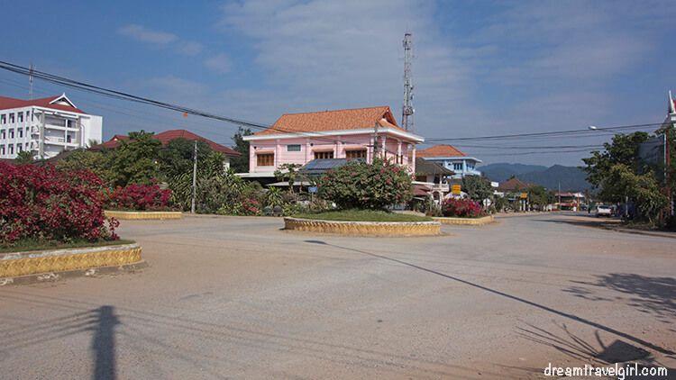 Laos_Luang-Namtha_cross-street