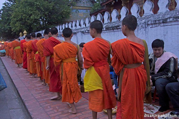 Laos_Luang-Prabang_alms-collecting