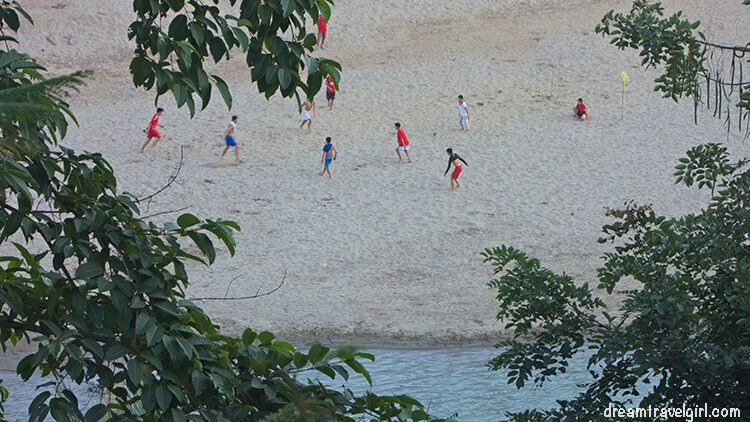 Laos_Luang-Prabang_football-riverside