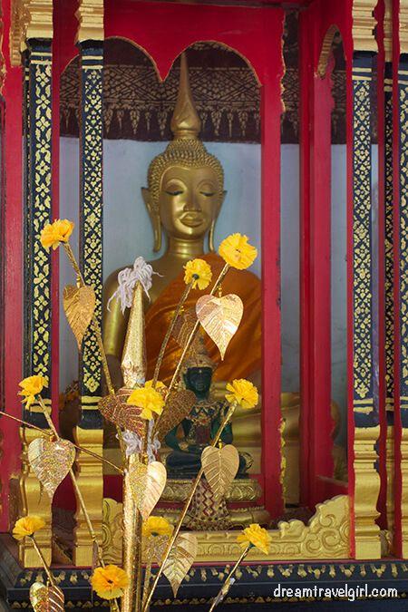 Laos_Luang-Prabang_temple-buddha