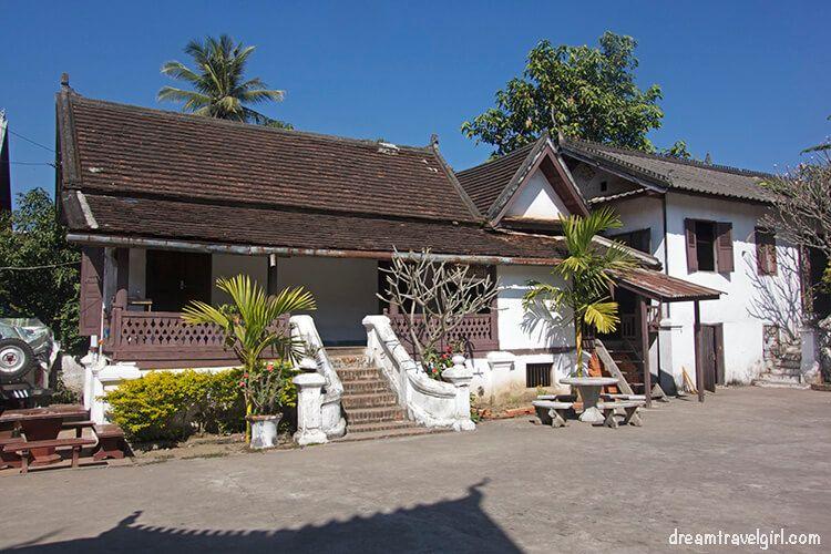 Laos_Luang-Prabang_temple-housing