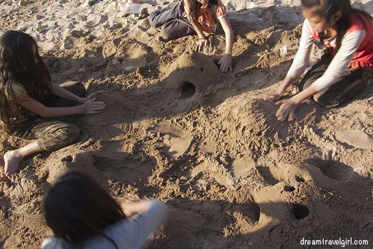 Viajar sola: jugando con unas niñas en Laos