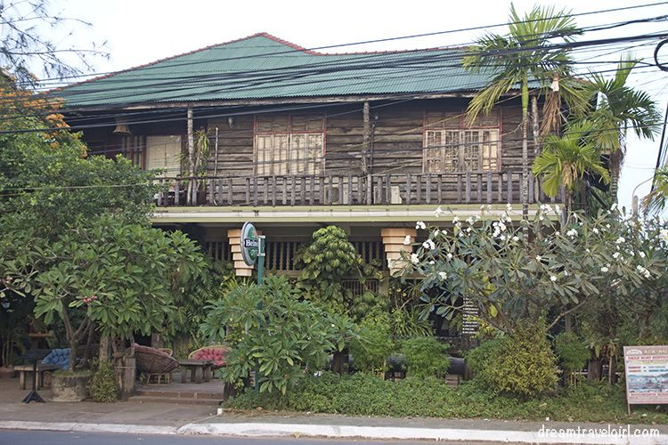 Cambodia_Kampot_architecture-wooden-house